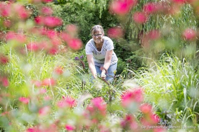 Olga van Ekelenburg in haar tuin 'Olgarden'