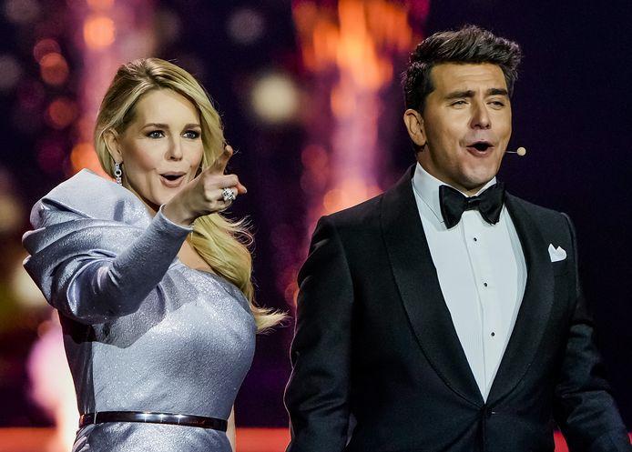 Presentatoren Chantal Janzen en Jan Smit tijdens de puntentelling van de finale van het Eurovisie Songfestival 2021. Het liedjesfestijn wordt georganiseerd in Nederland en vindt in aangepaste vorm plaats in Rotterdam.