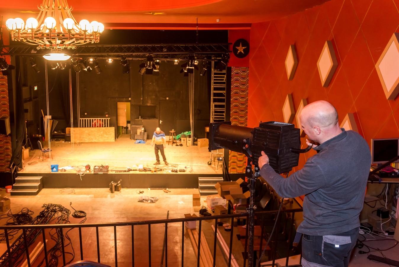 Het Cantine Theater in Budel-Dorplein wordt verder opgeknapt. Onno Looijmans werkt er met andere vrijwilligers aan de lichtinstallatie.