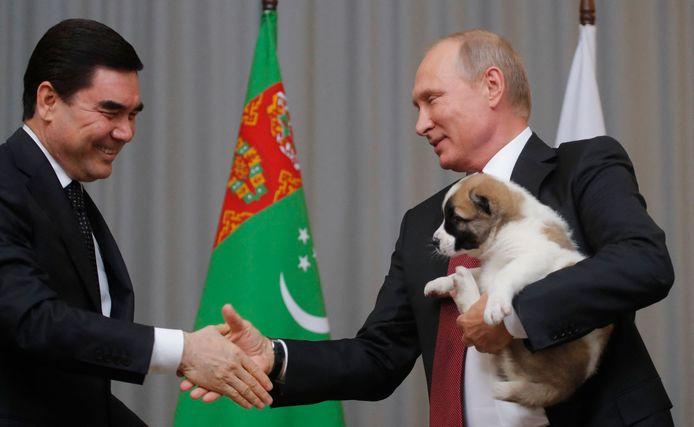 President Poetin krijgt een alabaipuppy cadeau van president Gurbanguly Berdimuhamedov in 2017.
