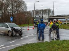 Flinke botsing bij afrit A1 in Apeldoorn: twee auto's in de prak