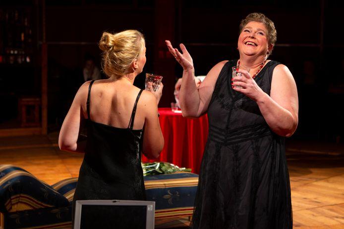 Vorig jaar stond Dinie Jansen Oplaat weer zelf op de planken in het stuk Jaloezieën.  De Battumse Pompers hebben haar uitgeroepen tot Battummer van het Jaar.