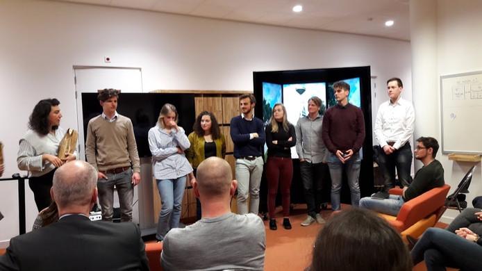 Tutku Yuksel (links) stelt de Wageningse studenten voor die mee hebben gewerkt aan het Virtual Reality project.