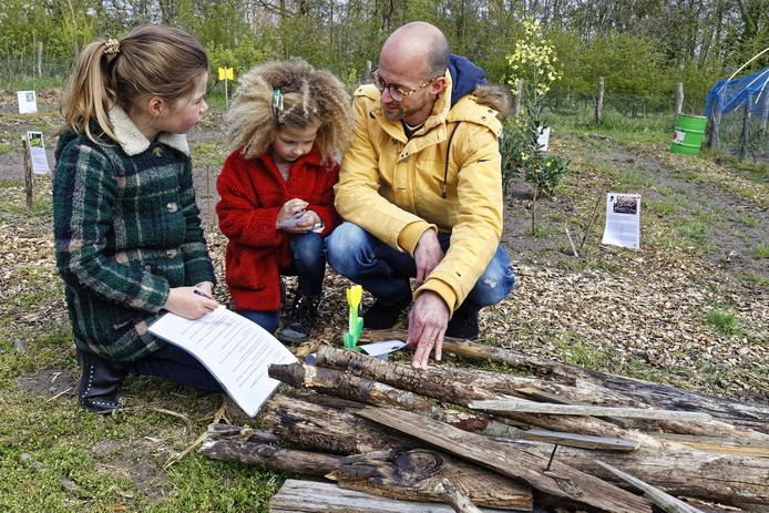 kindermoestuin gestel insecten speurtocht merle ,julie en vader meulenberg