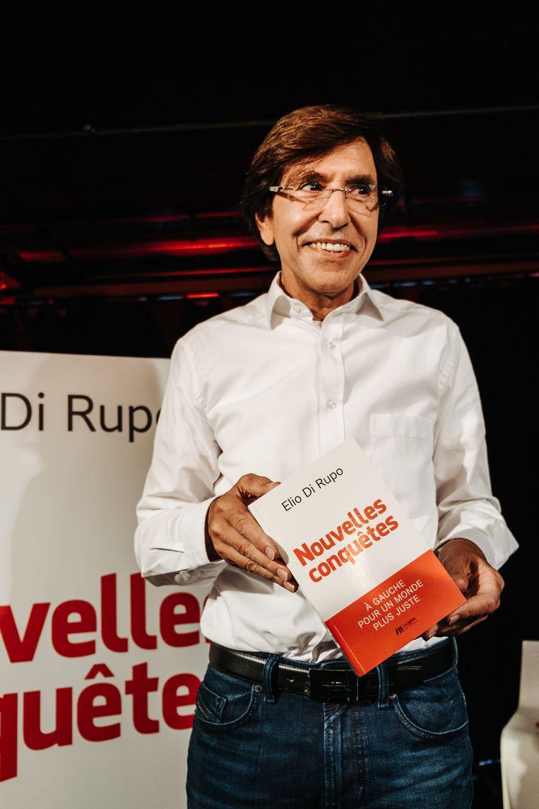 Elio Di Rupo glundert bij de voorstelling van zijn nieuwe boek, Nouvelles conquêtes. Daarin legt hij uit hoe de toekomst donkerrood kleurt, met dank aan de PS. Beeld Alexander D'Hiet