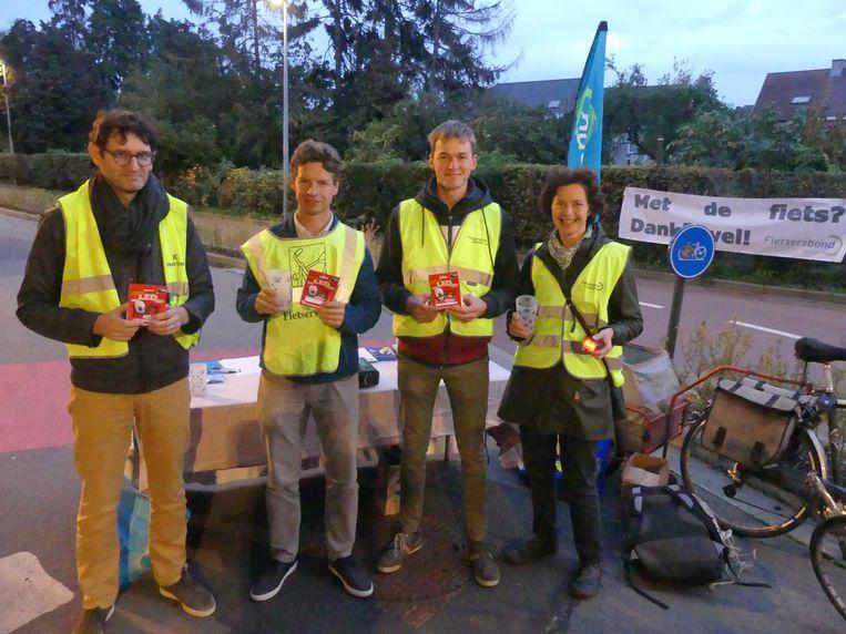 De leden van Fietsersbond Deinze verkochten fietslichtjes aan het station.