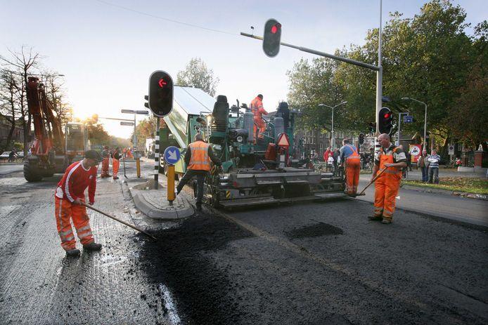 Wegwerkzaamheden in Nijmegen. Bij de productie van asfalt in de asfaltfabrieken komt het schadelijke benzeen vrij. Nu wil de sector die uitstoot terugdringen. Archieffoto