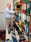 Archeoloog Raphaël Panhuysen in zijn Amersfoortse werkkamer.  ,,Skeletonderzoek was heel lang ondergewaardeerd in Nederland.''