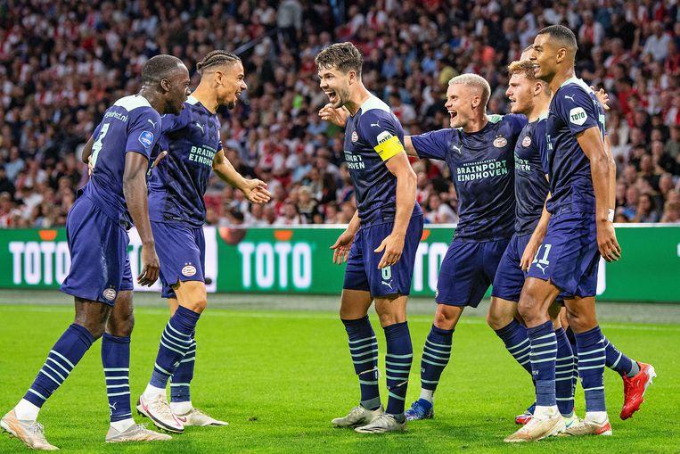 Marco van Ginkel is het middelpunt van vreugde bij PSV na de 3-0 van Yorbe Vetessen tegen Ajax. In de opening van dit seizoen Beeld Guus Dubbelman / de Volkskrant