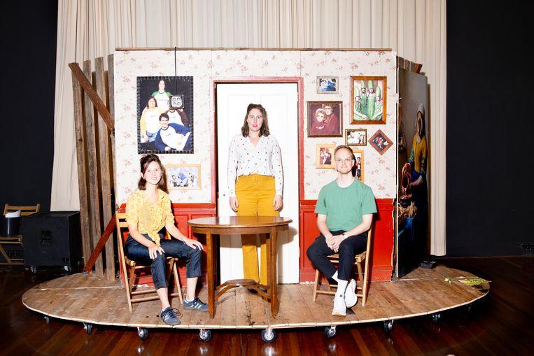 Rosa Asbreuk (gele broek), Freek Duinhof en Lisanne van Aert. Ze zijn leden van het Platform Aanvang!, dat solliciteert om de nieuwe voorzitter van de Raad voor Cultuur te worden. Beeld Pauline Niks