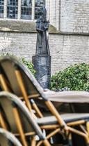Ook op het Vandaleplein worden de terrasjes klaargezet, in de schaduw van de Sint-Maartenskerk
