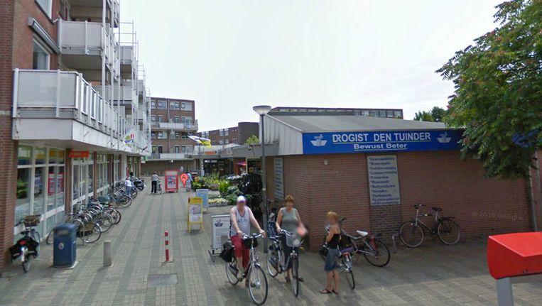 De winkels en bovenliggende woningen aan het Geuzenplein in Schiedam. Beeld Street View