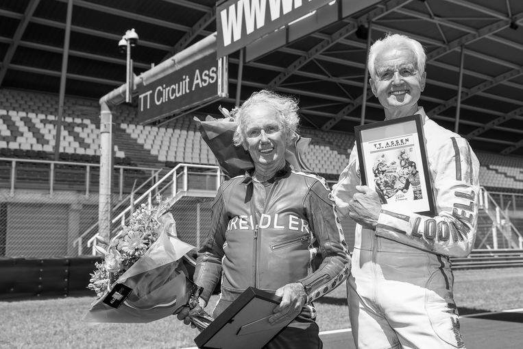 Coureurs Jan de Vries (L) en Wil Hartog staan op de grid voor een lege hoofdtribune na het rijden van een aantal ronden op het circuit tijdens de viering van de 95e verjaardag van de TT Assen.  Beeld Hollandse Hoogte /  ANP
