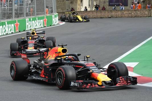 Ricciardo voor Max Verstappen uit, vorig jaar in Bakoe.