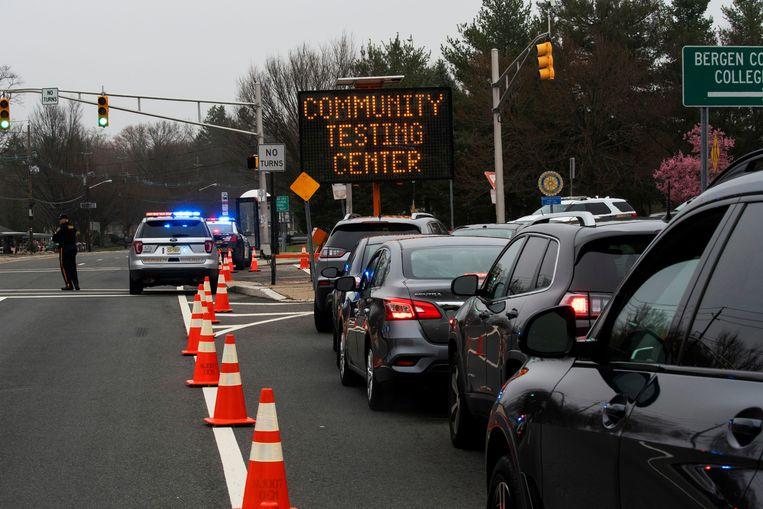 Typisch Amerikaans: een drive-through, maar dan wel een waar je op corona getest wordt (in Paramus, New Jersey). Beeld REUTERS