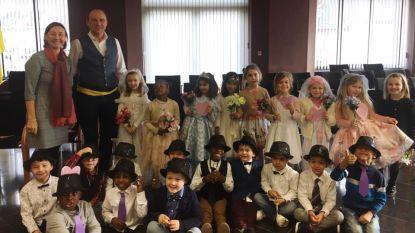 Tien koppeltjes uit kleuterklas 'trouwen' op Valentijnsdag