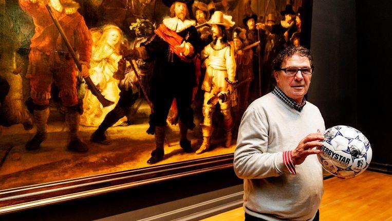 Willem van Hanegem met de nieuwe Eredivisie-bal voor De Nachtwacht. Beeld ANP