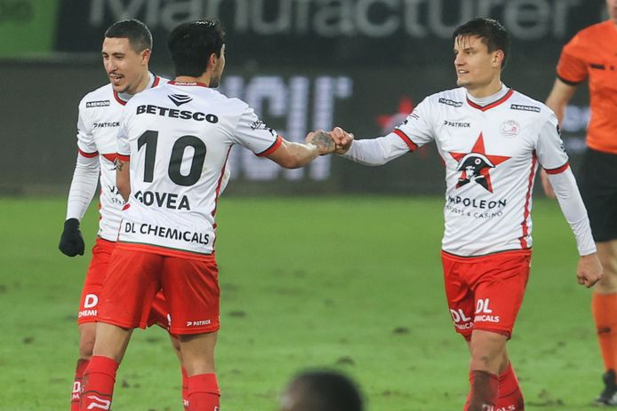 Bruno (l.) stapt tevreden terug, Govea (m.) met het vuistje voor Vossen na de 2-1 tegen KVO.