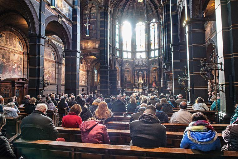 De Basiliek van de H. Nicolaas tijdens de mis op 1 maart. Afgelopen vrijdag stuurde de Nederlandse Bisschoppenconferentie een bericht naar alle parochies om maatregelen te treffen voor de mis deze zondag. Beeld Guus Dubbelman / de Volkskrant
