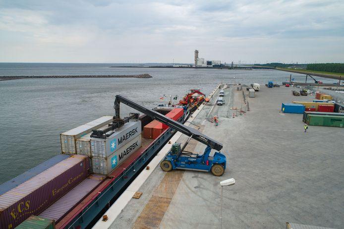 Het losse van containers bij Flevokust.