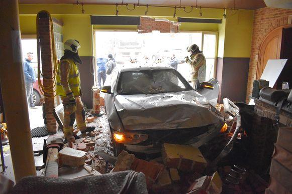 De wagen kwam tot stilstand tegen de vroegere toog van het café.