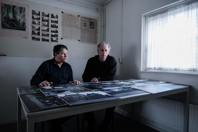 Arie Kappert (links) en Karel Berkhuysen van Stichting Doetinchem Herdenkt selecteren historische foto's voor de permanente expositie over Doetinchemmers die tijdens de Tweede Wereldoorlog om het leven zijn gekomen.