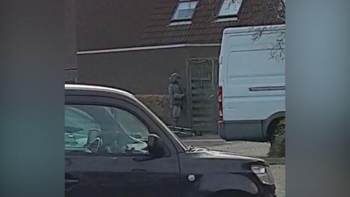 Inval bij de woning van een terreurverdachte, gistermiddag in Zoetermeer.