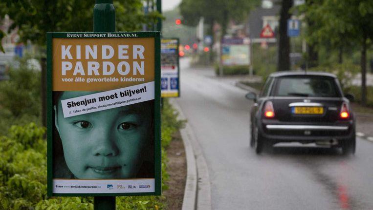 Een bord in de gemeente Bunnik met de oproep tot het tekenen van de petitie voor het kinderpardon. Het initiatief van burgemeester Hans Martijn Ostendorp krijgt inmiddels veel bijval van zijn collega's. Beeld anp