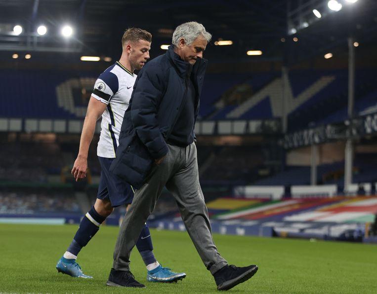 José Mourinho en Toby Alderweireld verlaten het veld na een nederlaag. Beeld EPA