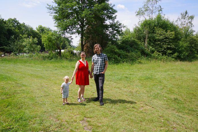 Lizzy Meijerink en Roi Scholten willen met hun dochtertje Nenya dolgraag in een tiny house wonen op deze plek aan de Zwilbroekseweg in Eibergen.