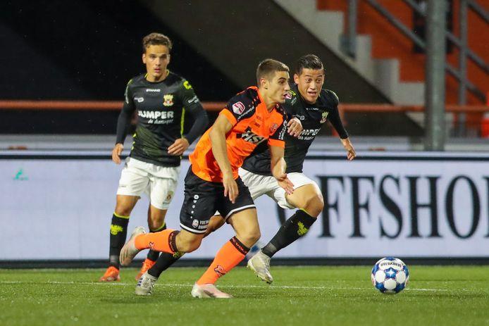 Francesco Antonucci van FC Volendam in duel met Jay Idzes van Go Ahead Eagles.