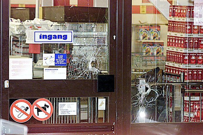 De overval op de Aldi in Rijkevorsel in 2001 door de 'Aldibende' liep fout. De overvallers stonden immers voor een gesloten deur. Ze probeerden de ramen nog aan diggelen te schieten, maar dat lukte niet.