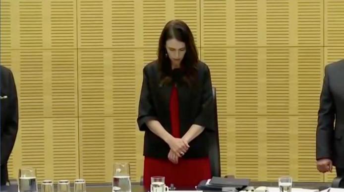 De premier van Nieuw-Zeeland, Jacinda Ardern, neemt een minuut stilte in acht.