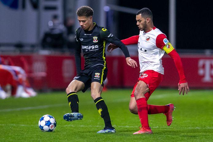 Julliani Eersteling (L) in duel met Jong FC Utrecht-speler Jeredy Hilterman (r)