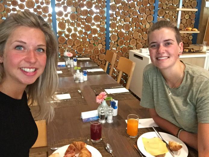 Pauline (links) en Rianne Biersteker aan het ontbijt bij hotel NH Sparrenhorst