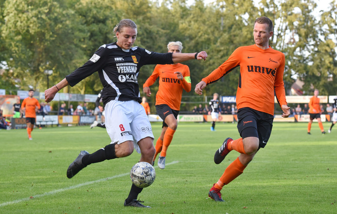 Sander Krijns (links) neemt het zaterdag met CSV Apeldoorn thuis op tegen KHC.