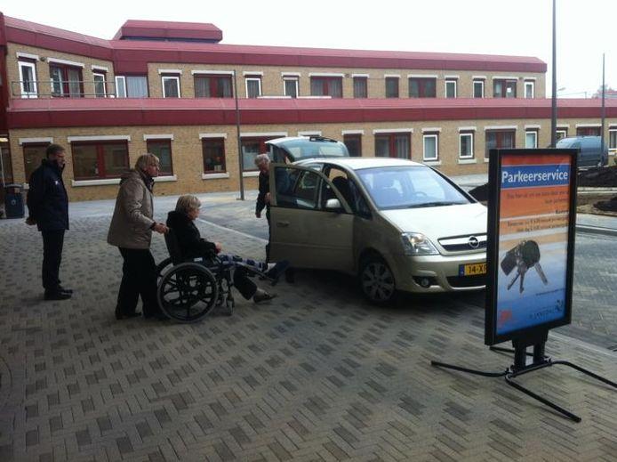 De medewerkers van de parkeerservice helpen ook een handje bij het instappen.