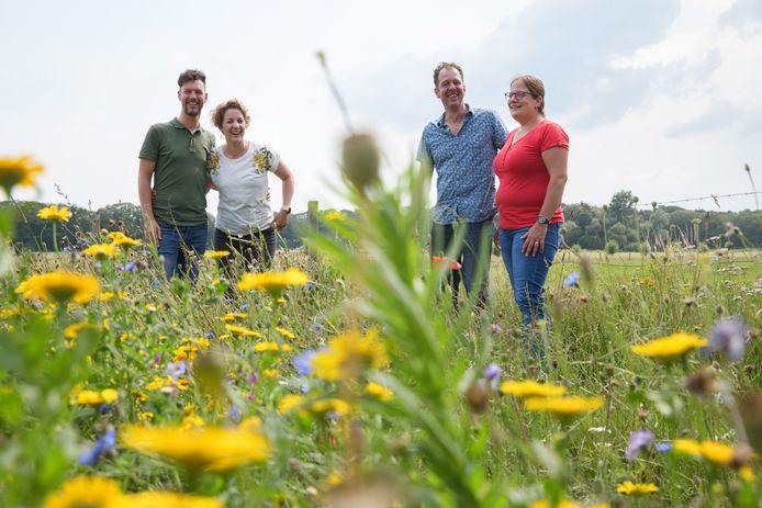 Vanaf september begint er een nieuwe dagbesteding bij de Menmoerhoeve. Mendy Kokx vertelt erover, samen met partner Bart (links) en Pieter Jan en Marieke van Dijck van de Menmoerhoeve (rechts).
