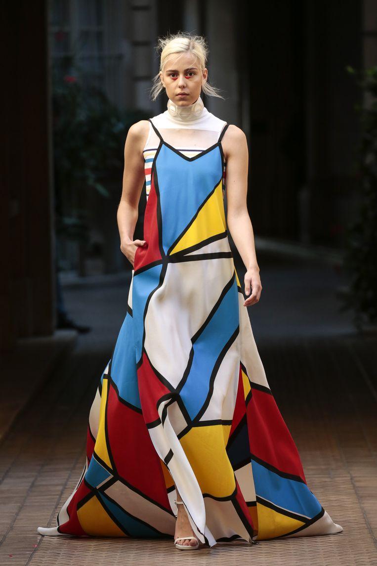 Een jurk van Liselore Frowijn op de catwalk in Parijs Beeld Team Peter Stigter