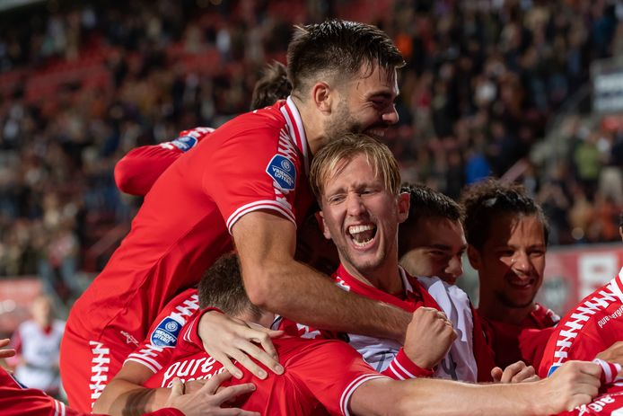 De hele ploeg van FC Twente viert de allesbeslissende 3-1 van de verscholen Dimitris Limnions.
