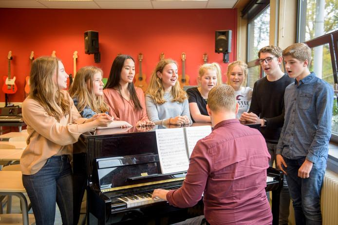 Repetities voor de musical Hairspray op het Lorentz Casimir Lyceum. Achter de piano Timo van Versveld.
