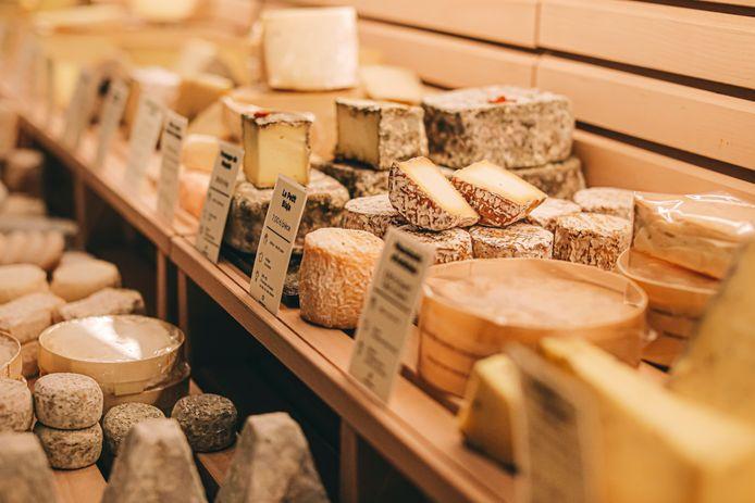 From Comptoir propose une large gamme de fromages raffinés, d'assiettes de charcuterie et de bonnes bouteilles de vin.