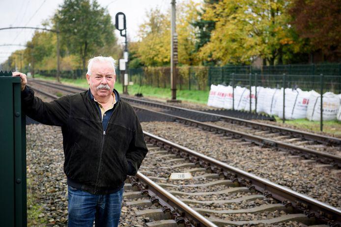 Bewoner Piet van de Laar bij het spoor in Eeneind.