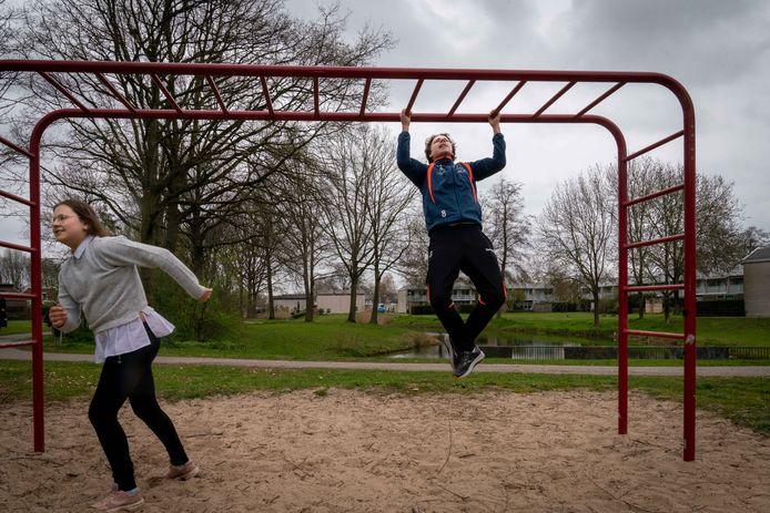 Bart Rutjes werkt aan zijn spierkracht in het bovenlijf op de recent aangepaste 'trimbaan' in de Huissense wijk Zilverkamp.