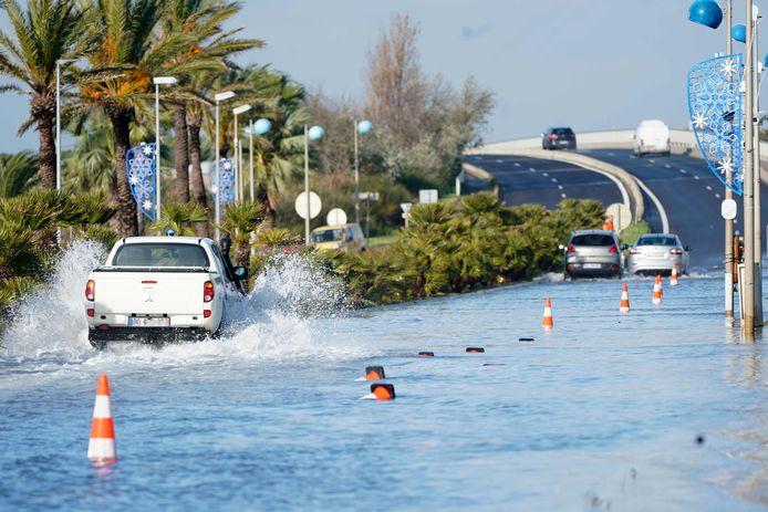 Lokale media berichten over uitzonderlijk hevige regens en harde wind in het zuiden van Frankrijk.