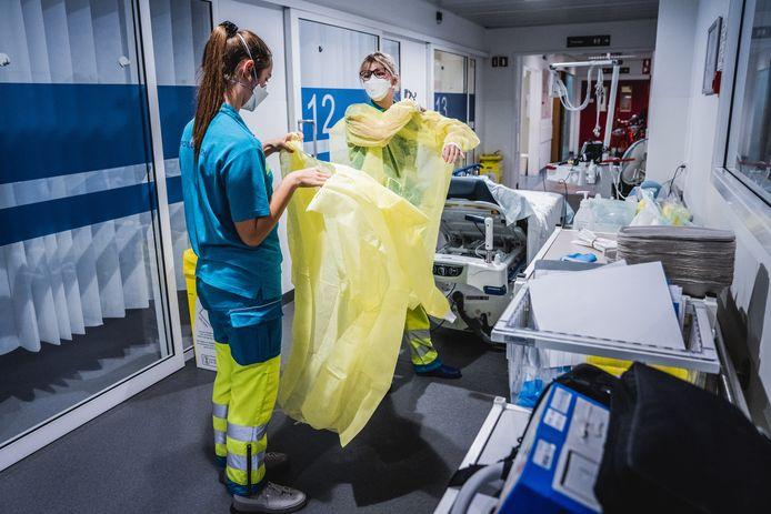 De zorgverleners van de spoedafdeling maken zich klaar om patiënten te helpen.