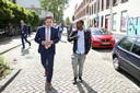 Wethouder Bas Kurvers (links) in gesprek met bewoner Ahmed Abdillahi tijdens een bezoek aan de buurt vorig jaar.