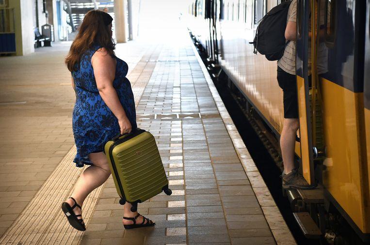 Maandag op station Utrecht Centraal: een reiziger haast zich om nog net haar trein te halen. Beeld Marcel van den Bergh / de Volkskrant