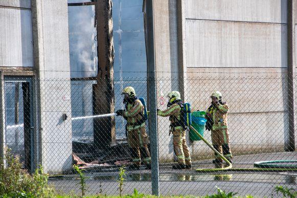 De brand woedde in een opslagloods achter de productiegebouwen van het bedrijf.