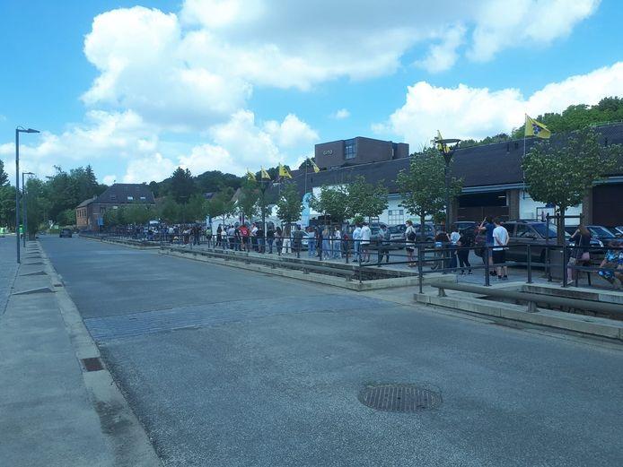 Aan de Markthal in Overijse was het vrijdagmiddag op een bepaald moment tot een uur aanschuiven om zonder afspraak gevaccineerd te kunnen worden.